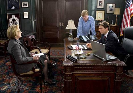 Tom Cruise on Lions for Lambs -jännitysdraamassa senaattori, joka yrittää taivutella toimittajan (Meryl Streep) kertomaan liittovaltion uudesta sotastrategiasta myönteisessä valossa. Ohjaaja Robert Redford nähdään myös kameran toisella puolella.