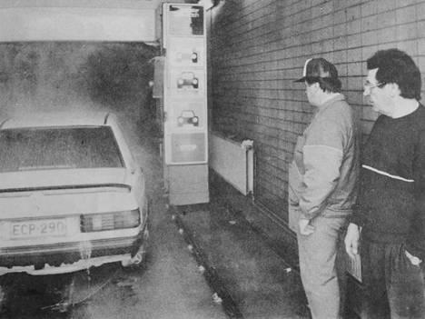 Siikaislainen kenkätehtailija Matti Huhtamaa ja Erkki Autio seuraamassa Huhtamaan auton pesua. Kumpikin olivat lopputulokseen tyytyväisiä.