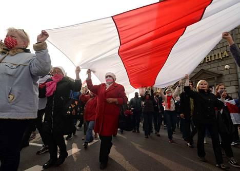 Eläkeläiset ja opiskelijat vastasivat lakkokutsuun marssimalla Minskin kaduilla maanantaina.