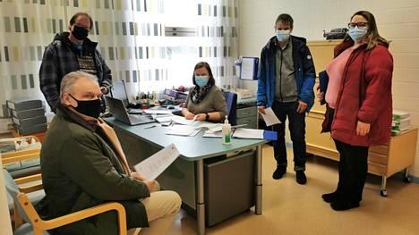 Ensimmäistä kertaa RKP:n ehdokkaina olevat Juhani Järvinen ja Tomas Lundström sekä Pekka Niskala (kd) ja Jonna Haavisto (kesk) jättivät kolmen puolueen vaaliliittoa koskevat ehdokaslistat jo perjantaina Karvian keskusvaalilautakunnan sihteerille Miia Saloselle, keskellä.