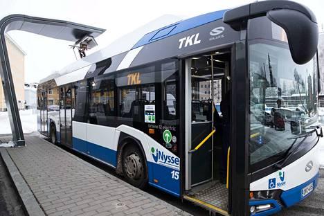 Bussilinjan 2 sähköbussi latauksessa Pyynikintorilla. Tampereella on käytössä neljä sähköbussia.