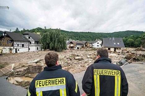 Pelastajat tarkatselivat tulvien aiheuttamia tuhoja Saksan Schuldissa 15. heinäkuuta.