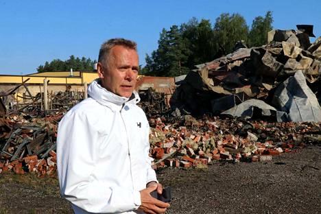 Narvi Oy:n  toimitusjohtaja Arto Sainio paloraunioiden äärellä 17. heinäkuuta. Korvaavien tilojen rakentaminen on tavoitteena saada käyntiin jo lähiviikkoina.