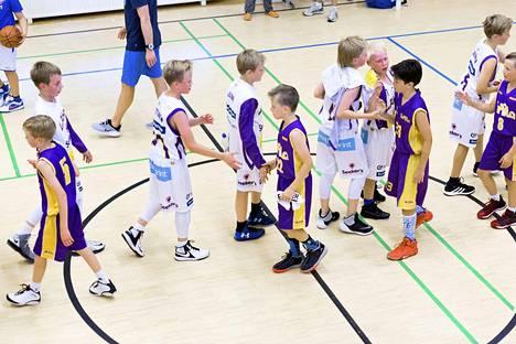 Koripallojuniorit eivät pääse kättelemään toisiaan kesän 2020 Delfin Basketissa.