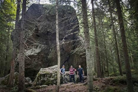 Pirunkiveksi ristitty hiidenkivi on siirtolohkare, jonka jääkauden aikainen mannerjää on kuljettanut mukanaan Pirkkalan luontoalueelle..