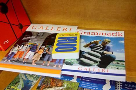 Kirjoittajien mielestä pitäisi suosio isoja maailmankieliä, vaikka myöskään ruotsin opiskelu ei mene kaikilla hukkaan.