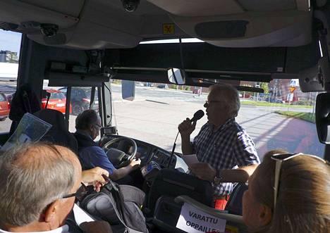 Kotiseuturetki alkoi Harju-Centerin pihasta Nokia-Seuran puheenjohtaja Veijo Hynnisen tervetulotoivotuksella.