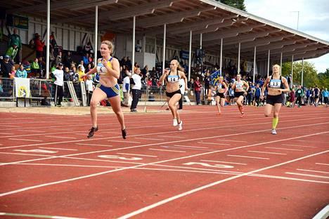 Karoliina Kujanpää (14) hoiteli tyylikkäästi oman osuutensa N17-sarjan 200 metrillä.
