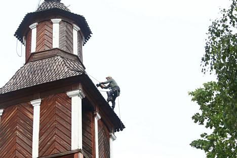Katon tervaustyössä ei parane päätä huimata. Keuruun vanhan kirkon katto tuli lähes kokonaan tervatuksi maanantai-iltana.