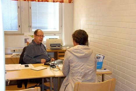 Työvoimaneuvoja Jukka Varhila palvelee TE-toimiston palvelupisteessä Merikarvialla. Nykyisin palvelupiste on avoinna kerran viikossa.
