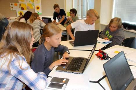 Sofia Ojamo ja Helka Peltomäki käyttivät näppärästi tietokonetta ja kännykkää esitelmää laatiessaan.