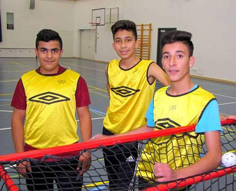 Urheilu yhdistää. Arkan Parvi, Milad Ahmadi ja Hama Abbas pelaavat jalkapalloa ja sählyä paikallisissa porukoissa.
