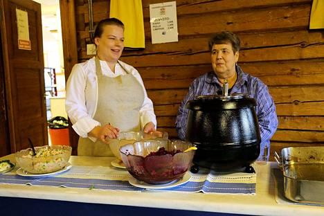 Katja Pietiläinen ja Liisa Lampinen tarjoilivat ruokailijoille maistuvaa ja itse tehtyä kotiruokaa Haapamäen Suojan Syyssatomarkkinoilla.