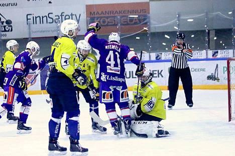 Roni Seväsen siniviivalaukaus upposi Joonas Niemelän tekemän maskin takaa RoKi-maaliin.