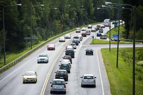 Liikenteessä on entistä enemmän ikäihmisiä kuljettajina. Ajokortista luovutaan vasta, kun huonontunut terveydentila pakottaa.