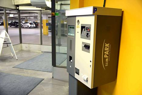 Koskikaran maksuautomaatti sijaitsee hallin ovensuulla.