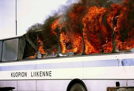 Linja-autopalot voivat olla tuhoisia. Kuvan bussi poltettiin bussipalon malliksi Jalasjärvellä, jossa pohdittiin linja-autojen paloturvallisuutta. -Kuvituskuva