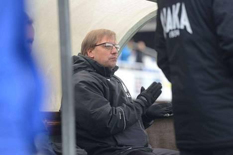 Kun erotuomari vihelsi pilliinsä,Hakan päävalmentaja Asko Jussila taputti käsiään vaimeasti. Omien esitys päättyi surkeasti, mutta tulipa sarjapaikka Ykkösessä varmistettua.