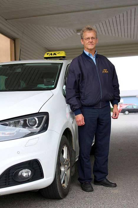 Jukka Puutio (vasemmalla) valitsi täksi talveksi autonsa alle nastat, mutta hänellä on kokemusta myös kitkoista. Taneli Ruuskanen sen sijaan on aina ajanut talvet kitkarenkailla.