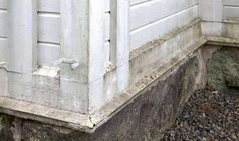 Kirjoittaja uskoo, että rännien ja syöksytorvien asennuksella Kauvatsan kirkon seinien kosteusrasitus varmasti pienenee.