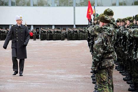 Porin prikaatin komentaja prikaatikenraali Mika Kalliomaa suoritti paraatikatselmuksen.