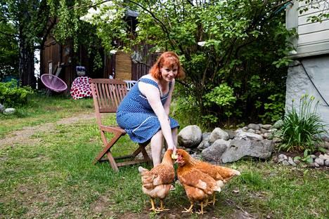 Kanoja varten aitaa on tiivistetty, jotta ne eivät lähde omille teilleen. Yksi niistä on vähän omapäisempi, mutta kanat ovat laumaeläimiä, joten suurta huolta karkaamisesta ei ole.