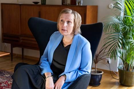 """""""Koti ostetaan yleensä tunteella, asuntoon saapuessa sen täytyy tuntua kodilta. Kuvausjärjestelyllä tyhjäänkin asuntoon saadaan puhallettua kodin henki"""", kertoo Heidi Koivunen."""