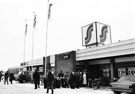 S-market Katriinan avaaminen oli Nakkilassa tapaus. Niin lapset kuin aikuisetkin jonottivat uuteen kauppaan.