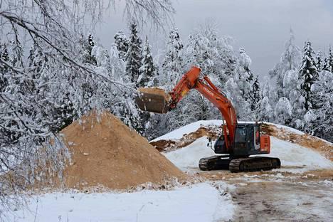 Korkeakankaalla purukasan alle varastoidusta lumesta saataneen nytkin kilometrin mittainen latu.