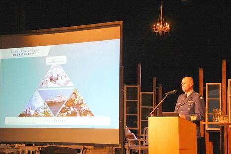 Näin arvovaltaista vierasta näkee harvoin Valkeakosken kaupunginteatterin näyttämöllä. Komentaja Jarmo Lindberg kuvasi  laajaa reserviä Puolustusvoimien suorituskyvyn kivijalaksi.