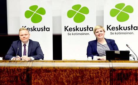 Keskustan uusi tiede- ja kulttuuriministeri Antti Kurvinen ja valtiovarainministeri Annika Saarikko kuvattiin keskustan tiedotustilaisuudessa keskiviikkona.