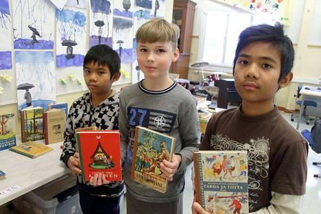 Kai Serram, Kim Serram ja Juha Kukkula tutustuvat museopisteeseen kerättyihin vanhoihin koulukirjoihin. Kirjoista ei poikien mielestä löydy paljoakaan samaa kuin nykyoppikirjoista.