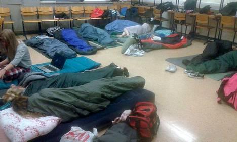 Nokian lukion tiimijakso aloitettiin yökoululla. Uni tuli hyvin luokkahuoneen lattialla makuupusseissa.