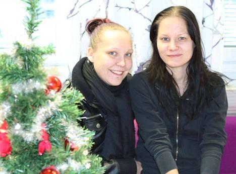 Heidi Niukkanen ja Laura Vesa ovat saaneet ilokseen huomata, että ihmiset auttavat auliisti, jos apua vain osaa pyytää.