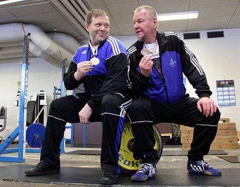 Vilppulan Veikkojen Kari Vähämäki, vasemmalla ja Pekka Ahonen olivat voimanostossa veteraanien SM-mitalimiehiä vuonna 2013.