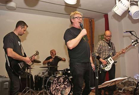 Metsäliitto Mäntän Konttorissa laulusta vastaa Sampo Linkoneva, basisti on Hannu Soimasuo, kitaristi Marko Murtomäki ja rummuissa on Veli-Pekka Hyvärinen.