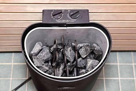 Sähkökiukaan kivet kannattaa kerran vuodessa ottaa pois, latoa uudestaan ja tarvittaessa myös pestä.