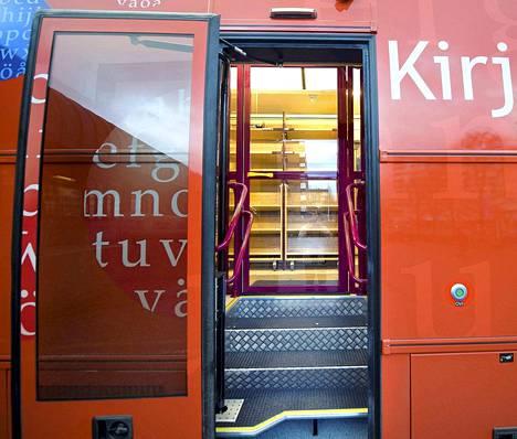 Tampereen uusi kirjastoauto vuonna 2009. Kolhossa vastustetaan kirjaston korvaamista kirjastoautolla,