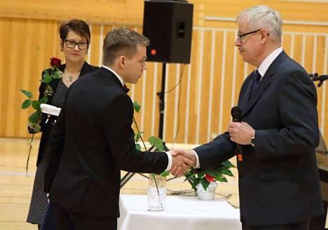 Syksyn ylioppilas Aapo Nyberg saa onnittelut Mäntän lukion rehtori Pertti Heinoselta ja vararehtori Sirkku Polviselta.