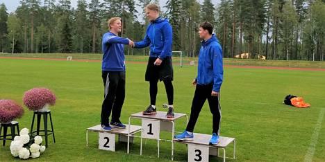 Miesten 17-sarjan kiekon voittaja Johannes Kiviranta saa onnittelutVirtain Juho Leveelahdelta. Oikealla Espoon Andrei Kiviharju.