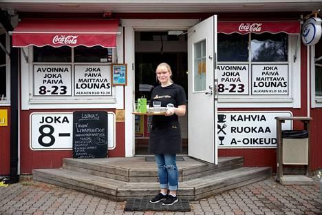 Porin kaupunki tukee jälleen nuorten kesätöitä. Erin Villanen työskenteli viime kesänä kahvilassa. Arkistokuva.
