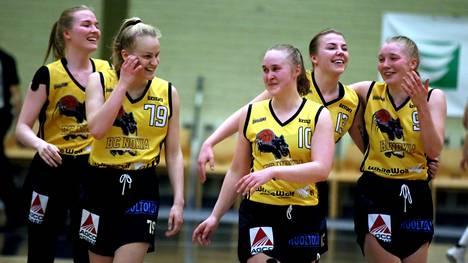 Johanna Kalinilla (vas.), Mona Luodolla, Kaisa Pirttisellä, Ellen Järvisellä ja Johanna Timperillä oli hymy herkässä voitetun ratkaisupelin jälkeen.