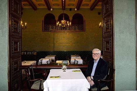 Olavi Toivola istuu hotelli Tammerissa täsmälleen siinä pöydässä, jonka ääressä hänen sankarinsa Akseli Salo nautti parsalientä ja salakuunteli rikokseen liittyvää keskustelua.