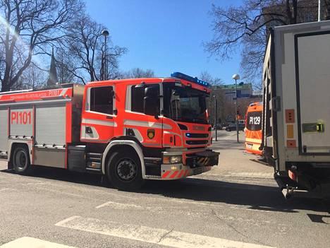 Liikenne katkaistiin Tampereen keskustassa onnettomuuden takia Hämeenpuiston ja Puutarhakadun risteyksessä maanantaina puolenpäivän jälkeen. 