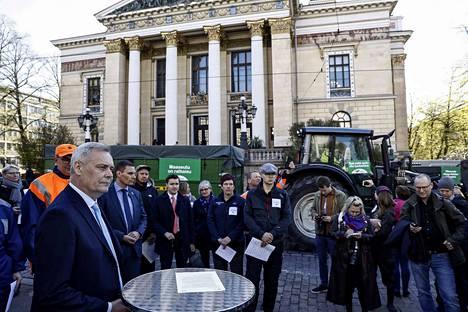 Hallituksen muodostaja Antti Rinne kävi vastaanottamassa MTK:n viestin Säätytalon edessä.