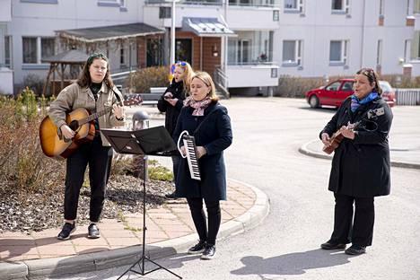 Liina Viljamaa, kitara, Laura Porila (takana), Katja Rantavaara, melodika ja Petra Perttula, ukulele kävivät ilahduttamassa musiikilla Kuuselakeskuksen asukkaita ja henkilökuntaa. Vastaanotto oli kiitollinen.
