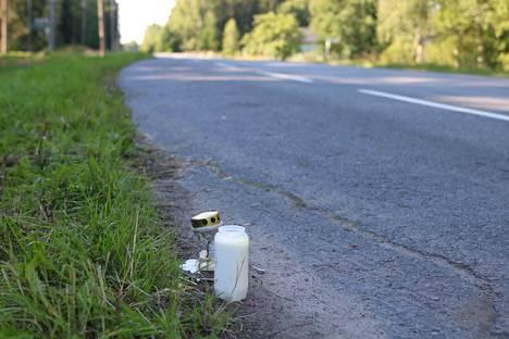 Onnettomuuspaikan lähistölle on tuotu kynttilöitä.