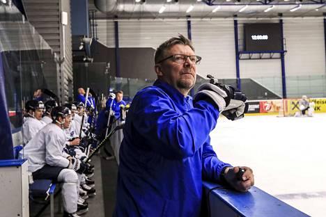 Jukka Jalonen paitsi valmentaa myös luennoi johtamisesta.