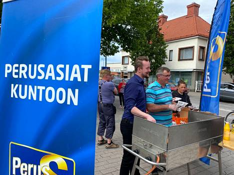 Reijo Kuusisto ja Tapio Laurila olivat muiden Perussuomalaisten aktiivien tavoin kiittämässä äänestäjiä torstaina torilla. Tarjolla oli grillimakkaraa ja vaalien jälkipuintia.