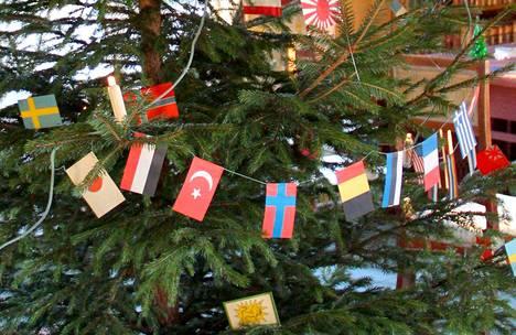 Jos muovi kyllästyttää, voi joulukuusen koristella perinteisemminkin. Vanhoilla koristeilla saa kuuseen erilaista tunnelmaa. Vanhaan taloon muoviset koristeet saati muovinen kuusi sopivat huonosti.